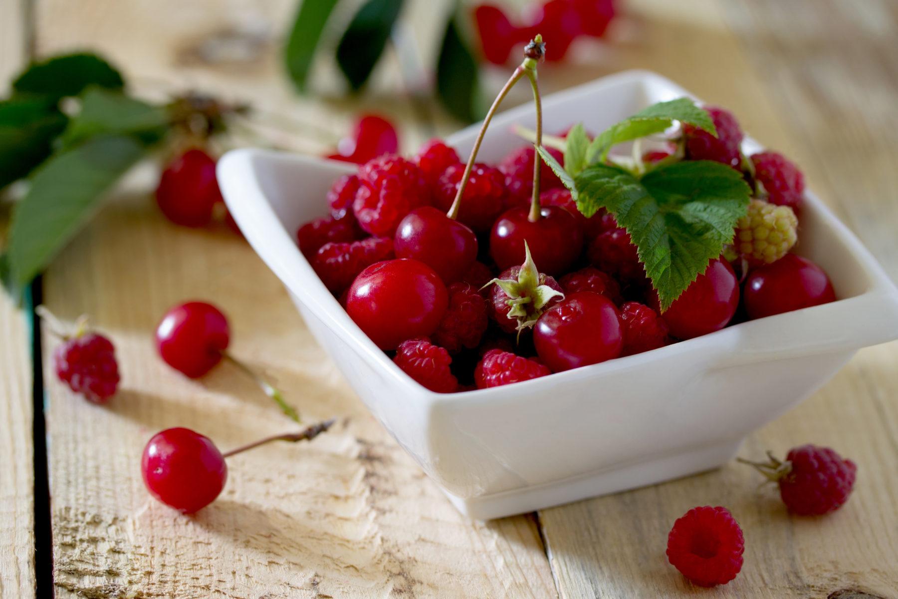 Ingredienzien Obst Kirschen Und Himmbeeren Shutterstock 446536786