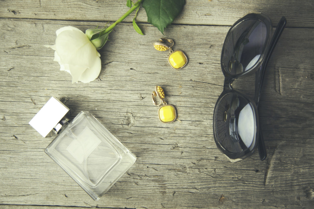 parfum-flakon-flakon mit blume-shutterstock_440001283