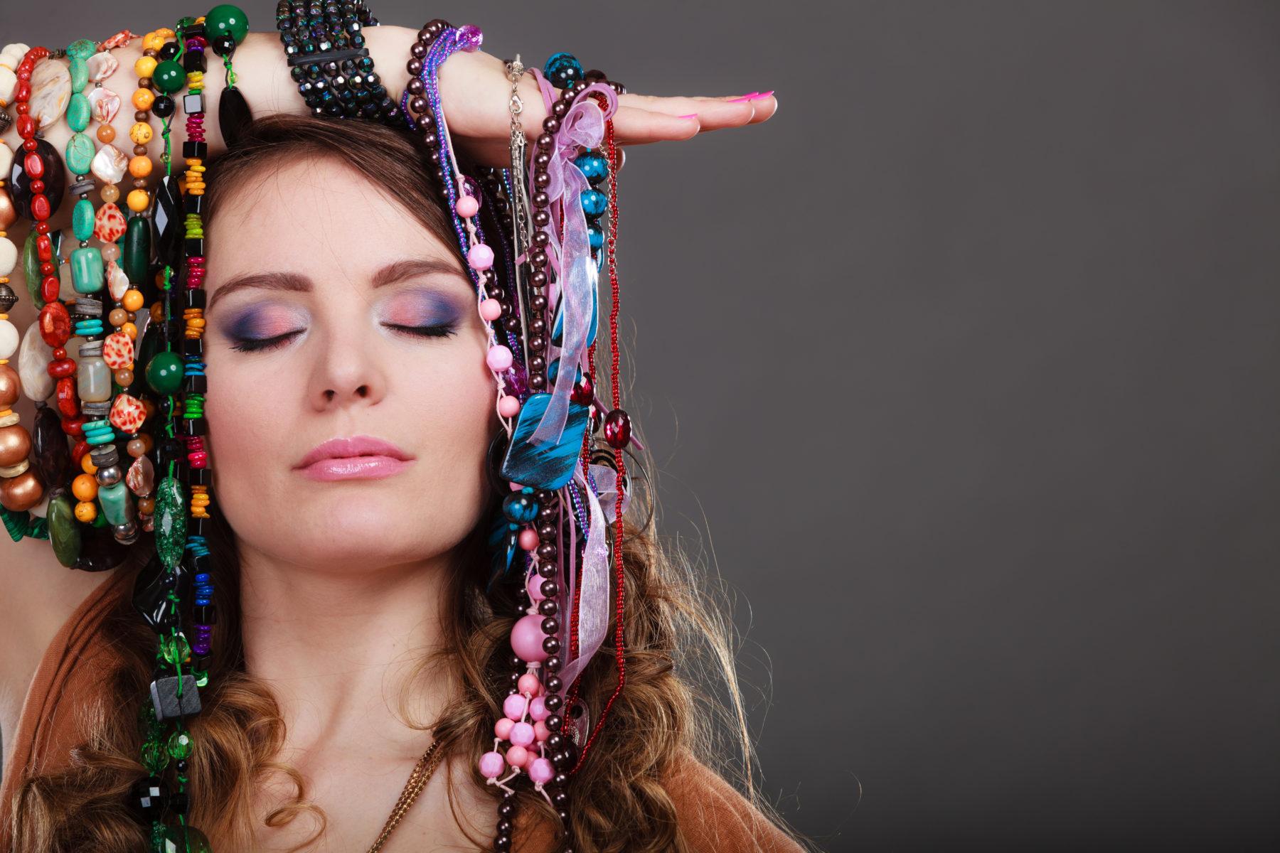 Schmuck Ketten Collier Collier Arrangement Ums Gesicht Einer Frau Shutterstock 445924699